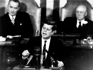 John F. Kennedy hält eine Rede
